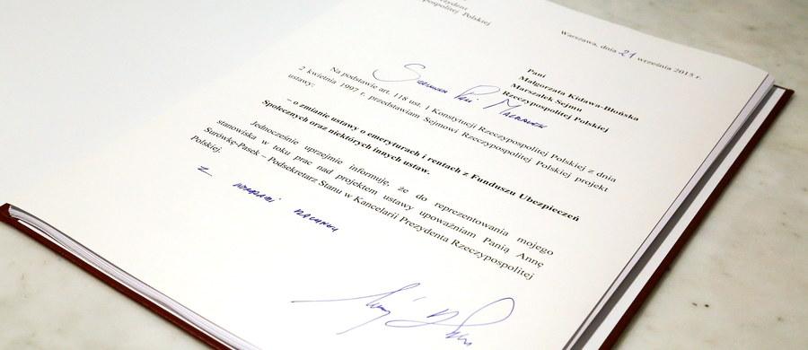 Wiek emerytalny dla kobiet zostanie obniżony do 60 lat, a dla mężczyzn do 65 lat - przewiduje podpisany przez prezydenta Andrzeja Dudę projekt ustawy. Obniżenie wieku emerytalnego oraz podniesienie kwoty wolnej od podatku to deklaracje Andrzeja Dudy z kampanii wyborczej.
