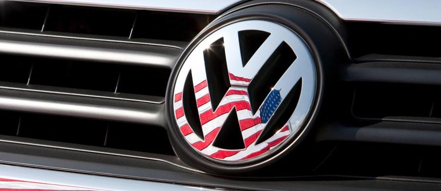 Akcje koncernu Volkswagen spadły o ponad jedną piątą. Wszystko przez ujawnione informacje, że firma manipulowała wynikami kontroli spalin w sprzedawanych w USA samochodach z silnikami Diesla. Koncernowi grożą ogromne kary finansowe.