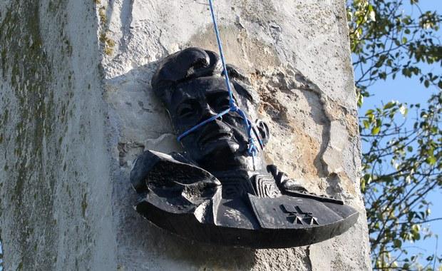 """""""Apelujemy do władz wszystkich miejscowości, w których znajdują się """"Pomniki Wdzięczności"""" Armii Czerwonej, aby podjąć ten wysiłek i pozbyć się tego dziedzictwa"""" - mówił wiceprezes IPN Paweł Ukielski. Odniósł się w ten sposób do głośnej sprawy demontażu takiego pomnika w Pieniężnie, ostro skrytykowanego przez rosyjską ambasadę."""