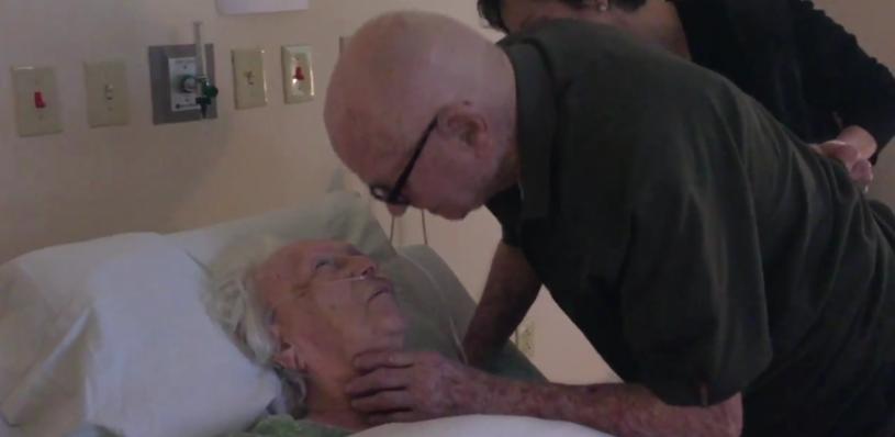 Ponad 4 mln wyświetleń na Facebooku, dziesiątki tysięcy udostępnień - wiralowym przebojem stał się wzruszający filmik pokazujący 92-letniego mężczyznę śpiewającego dla swojej umierającej żony.