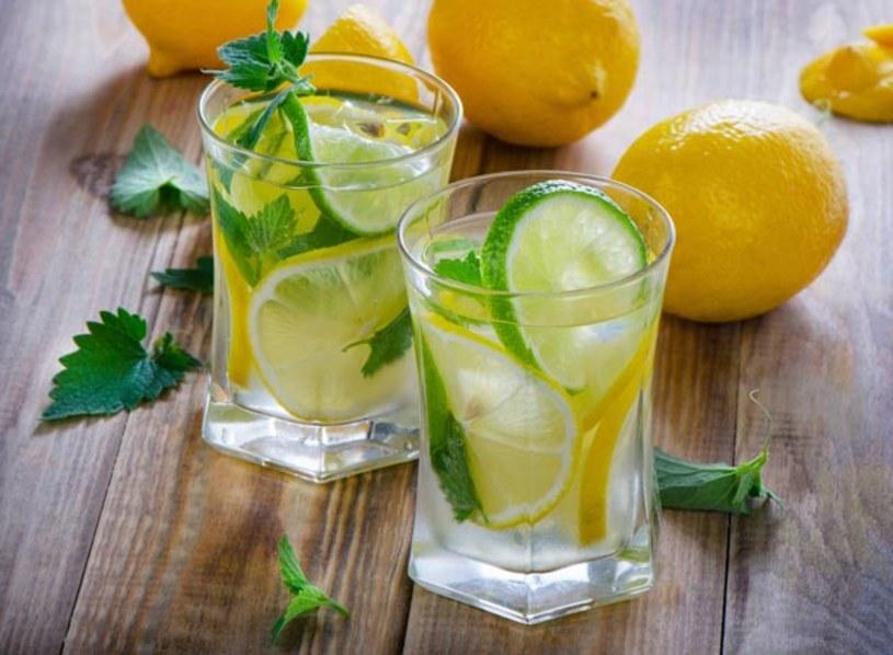 Dietetyk, Anna Jelonek opowiedziała o faktach i mitach związanych z piciem wody z cytryną. - Picie wody z cytryna na czczo pobudza enzymy trawienne, a przez to mamy lepszą przemianę materii. Poza tym pijąc wodę oszukujemy trochę mózg, który czując pełny żołądek myśli, że już zjedliśmy nawet jeśli tak się nie stało. Pamiętajmy jednak, że nawet do takich produktów jak woda i cytryna należy podchodzić z rozsądkiem.