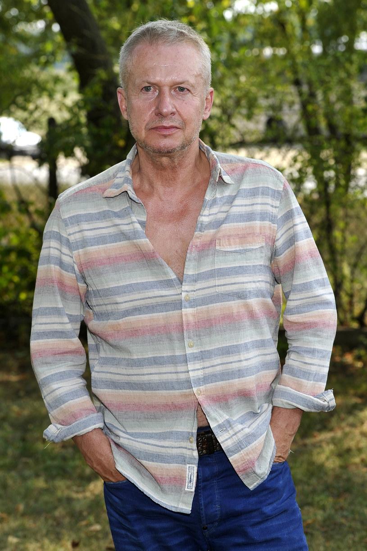 Dzisiaj Bogusław Linda uchodzi za ikonę polskiego aktorstwa. Co zaskakujące, groziło mu relegowanie z krakowskiej szkoły teatralnej już po pierwszym roku. Powód? Wstydził się... grać na scenie.