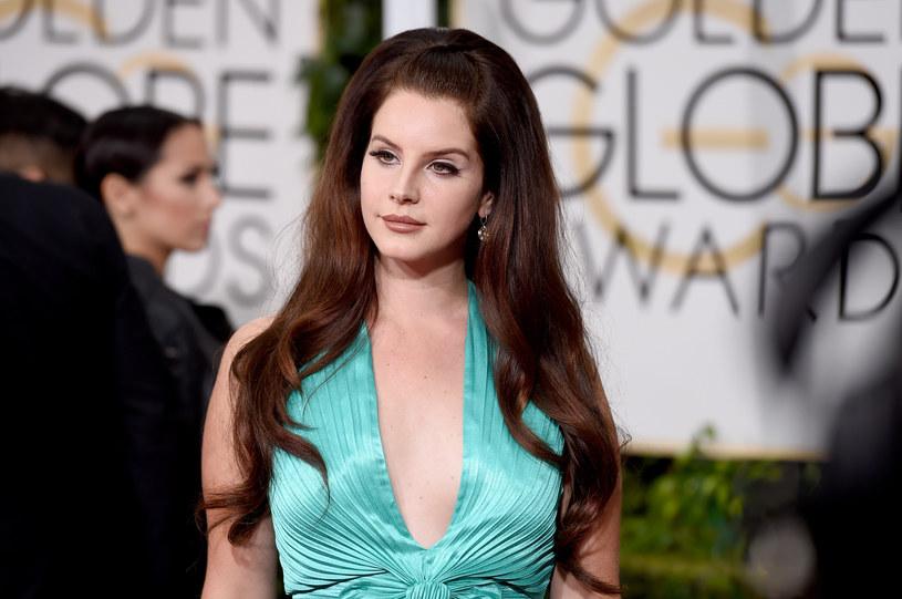 """Lana Del Rey promuje właśnie swoje najnowsze wydawnictwo zatytułowane """"Honeymoon"""". Z tyłu na okładce płyty wokalistka umieściła numer telefonu. Okazało się, że prowadzi on do niej samej."""