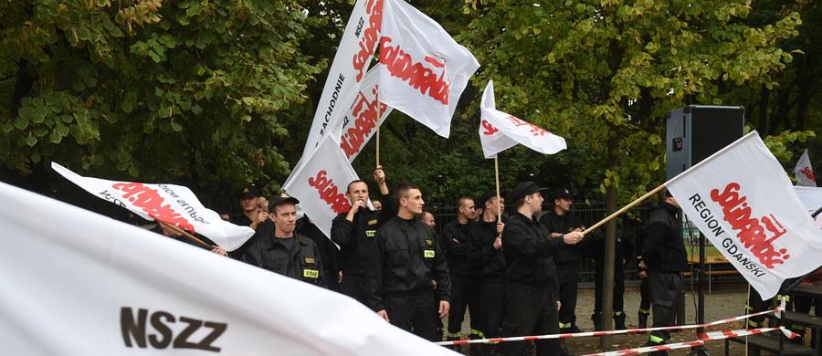 Strażackie miasteczko znika sprzed Kancelarii Premiera. Protestujący od środy strażacy złożyli petycję, w której domagają się między innymi wzrostu funduszu wynagrodzeń o 17 procent i w pełni płatnych nadgodzin.