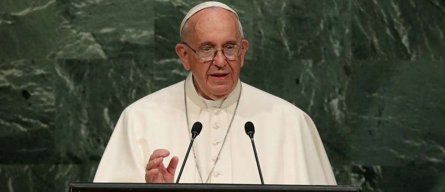 """Papież Franciszek występując na forum Zgromadzenia Ogólnego ONZ wezwał światowych przywódców do zawarcia """"skutecznego"""" porozumienia ws. klimatu, do walki z wykluczeniem społecznym i do przeciwdziałania konfliktom zbrojnym i handlowi narkotykami. """"Wszelka szkoda uczyniona środowisku jest szkodą wyrządzoną ludzkości"""" - podkreślił."""