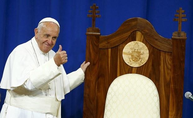 """Papież Franciszek zakończył swą pierwszą w życiu wizytę w USA, zgodnie określaną przez amerykańskie media jako historyczną. Na lotnisku w Filadelfii papieża pożegnał m.in. wiceprezydent Joe Biden z małżonką. """"Będę się modlić za was i wasze rodziny, ale proszę: wy módlcie się za mnie"""" - mówił papież. """"Niech Bóg błogosławi was wszystkich. God bless America! - zakończył po angielsku."""