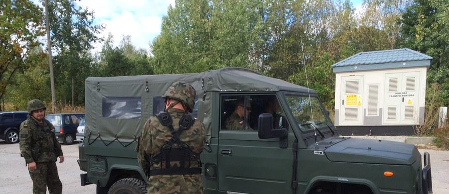 """Metalowymi barierkami szczelnie ogrodzono skarpę kolejową w Wałbrzychu, w której ma być ukryty """"złoty pociąg"""". Na miejscu pojawiło się też wojsko. Żołnierze szukają niebezpiecznych materiałów, a nie samego pociągu."""