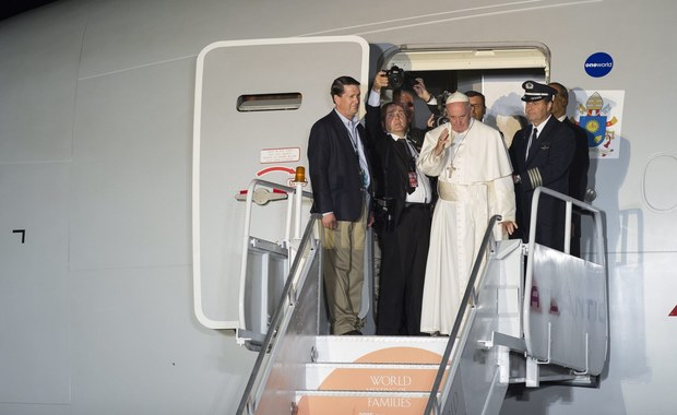 """Czyny pedofilii popełnione przez kapłanów to niemal świętokradztwo. Winni są także biskupi, którzy tuszowali nadużycia - powiedział papież Franciszek podczas spotkania z dziennikarzami na pokładzie samolotu. Stwierdził również, że mury przeciwko imigrantom upadną. """"Bariery utrzymują się krótko. Problem zostaje i to z większą nienawiścią"""" - zaznaczył."""