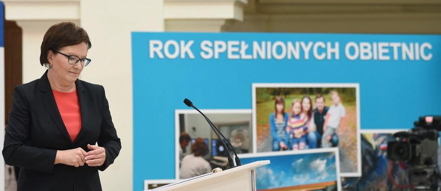 """""""To był rok spełnionych obietnic"""" - tak Ewa Kopacz podsumowała rok pracy swojego rządu oraz realizację zapowiedzi z expose. Premier mówiła m.in. o większych wydatkach na obronność, o waloryzacji rent i emerytur, o pomocy dla rodzin, o większych nakładach na naukę. Jako swoje sukcesy wymieniała ustawę o in vitro i pakiet kolejkowy oraz onkologiczny. """"Polska nie jest w ruinie, rozwija się"""" - zapewniała Kopacz. Wy już teraz w naszej ankiecie możecie jej wystawić ocenę."""
