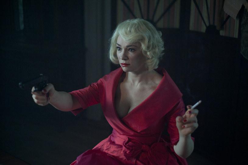 """Siłą komedii """"Panie Dulskie"""" są """"krwiste damskie role"""". """"Kobiety, kobiety i jeszcze raz kobiety!"""" - mówi Sonia Bohosiewicz, która w filmie Filipa Bajona gra mściwą i nietolerującą niewierności femme fatale. """"Zwykle w tamtej epoce zdradzone kobiety próbowały się otruć lub powiesić. Moja bohaterka jest inna. Za swoje krzywdy odpłaca kulą w łeb""""."""