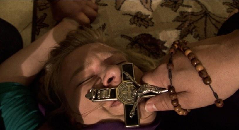 """W niedzielę, 4 października w HBO odbędzie się premiera dokumentu """"Walka z szatanem"""" w reżyserii Konrada Szołajskiego. To historia trzech młodych kobiet, które wierzą, że są opętane, a pomocy szukają u egzorcystów.  W pokonywaniu trudności bohaterki są wspierane przez najbliższych i księży."""