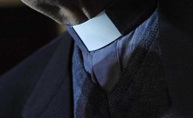Na trzy miesiące aresztował sąd 45-letniego księdza z diecezji kieleckiej, podejrzanego m.in. o gwałty na nieletniej - poinformował rzecznik Prokuratury Okręgowej w Kielcach Daniel Prokopowicz. Duchowny Adam W. usłyszał łącznie trzy zarzuty.