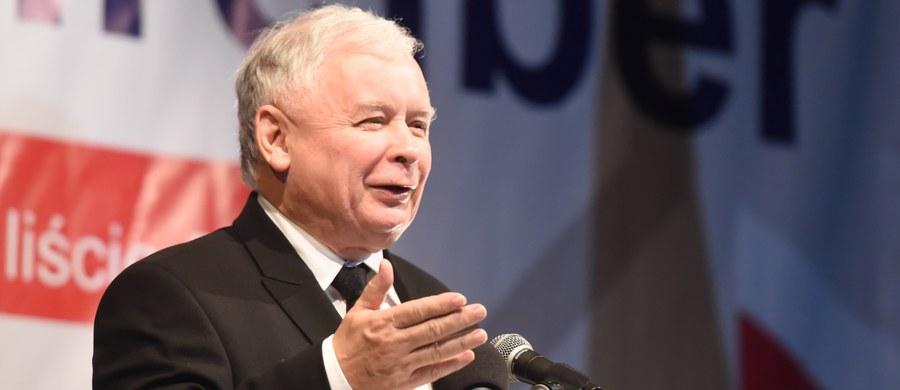 """""""Możemy Polskę naprawdę zmienić. Możemy nasz potencjał nagromadzony w ciągu dziesięcioleci (...) wykorzystać dla szybkiego, momentami nawet wybuchowego rozwoju"""" – stwierdził prezes Prawa i Sprawiedliwości Jarosław Kaczyński. """"Ten ciężki worek kamieni, który mamy na plecach w postaci tej władzy, musi zostać odrzucony. Zawsze rozwój (...) jest czymś, co można porównać do marszu pod górę, to zawsze jest trudne. Ale inaczej się maszeruje, jeżeli niczego się na plecach nie ma, a nawet ma się pewne wsparcie, a inaczej się maszeruje, jak się ma ten worek kamieni"""" – dodał. """"Ta władza, ta patologia, która się z nią wiąże, to jest właśnie taki worek kamieni"""" – podkreślił były premier."""