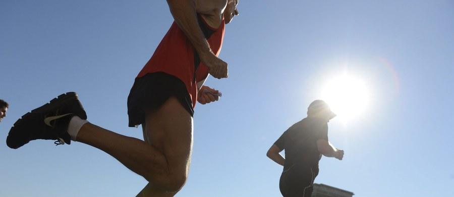 98 maratonów przebiegł w swoim życiu 73-latek z Wałbrzycha. Nie byłoby w tym nic dziwnego, gdyby nie fakt, że przygodę ze sportem biegacz rozpoczął w wieku... 53 lat. Witold Radke jest najlepszym przykładem, że biegać może każdy - niezależnie od wieku. Bieganie, które uratowało ciężko chorego na serce mężczyznę, zasugerował mu lekarz. Jego historię polecamy w związku z weekendowymi biegami w Katowicach. Zapraszamy na sobotni Mini Silesia Marathon o Puchar Radia RMF FM oraz niedzielny Silesia Marathon.