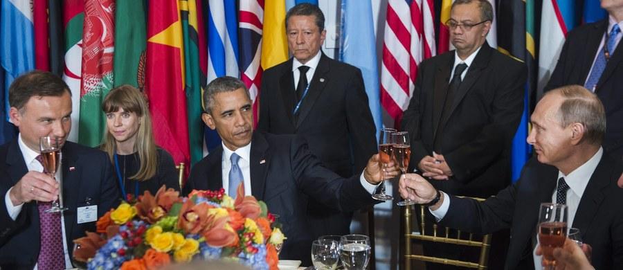 """Prezydent USA Barack Obama i szef irańskiego resortu spraw zagranicznych Mohammad Dżawad Zarif uścisnęli sobie dłonie podczas 70. sesji Zgromadzenia Ogólnego ONZ. Ten historyczny gest odnotowały media na całym świecie - było to pierwsze od 30 lat spotkanie przywódcy Stanów Zjednoczonych i wysokiego rangą urzędnika z Iranu. """"Można z tego wysnuć wniosek, że może być coś więcej ukryte za tym gestem"""" - mówi były ambasador Sławomir Klimkiewicz, ekspert w dziedzinie protokołu dyplomatycznego, który kierował polskimi placówkami we Francji, Wenezueli, na Kubie oraz w Algierii. Zdradza też, jak ważna jest zasada usadzania gości przy stole i dlaczego niemal nie mają oni wpływu na to, z kim przyjdzie im rozmawiać np. podczas obiadu."""