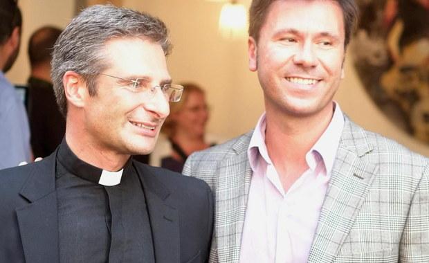 Ksiądz Krzysztof Charamsa nie będzie mógł dalej pełnić funkcji w Kongregacji Nauki Wiary oraz papieskich uniwersytetach, gdzie naucza. To reakcja Watykanu na słowa polskiego duchownego, który ogłosił, że jest gejem i żyje w związku.