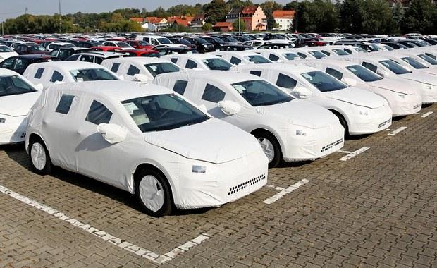 """W styczniu przyszłego roku rozpocznie się akcja wzywania do stacji obsługi aut VW z oprogramowaniem umożliwiającym fałszowanie testów spalin w silnikach diesla - oświadczył szef koncernu Volkswagen  Matthias Mueller. Akcja ma potrwać do końca 2016 r. Z kolei jak informuje """"Gazeta Wyborcza"""", polscy właściciele aut Škoda, Seat i Volkswagen z silnikami diesla mogą sprawdzić na stronach tych marek w internecie, czy w ich pojazdach zamontowano to oprogramowanie."""