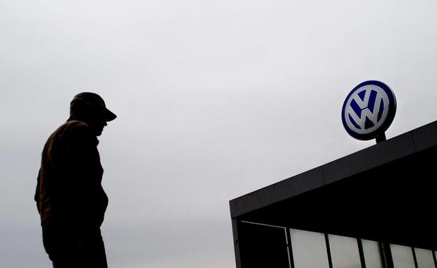 Osoby oszukane przez Volkswagena mogą domagać się nie tylko naprawienia samochodu, ale także rekompensaty finansowej – informuje Urząd Ochrony Konkurencji i Konsumentów. Chodzi o kierowców samochodów Volkswagena, Skody, Audi i Seata, w których zamontowany jest silnik Diesla z oprogramowane przekłamującym dane o spalinach.