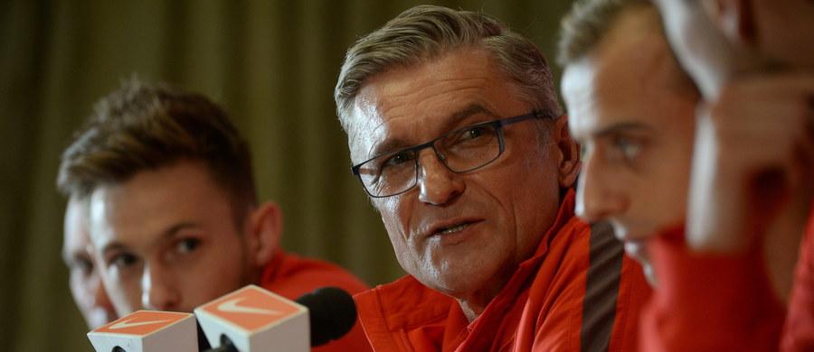 """""""Trzeba spodziewać się energetycznego meczu z obydwu stron. (…) Jesteśmy przygotowani na agresywną grę, my również potrafimy grać bardzo twardo"""" - mówił selekcjoner piłkarskiej reprezentacji Polski Adam Nawałka na konferencji prasowej w Glasgow. Polscy piłkarze zmierzą się tam jutro ze Szkotami w swoim przedostatnim meczu eliminacji Euro 2016. """"Chcemy rozstrzygnąć losy awansu już w tym spotkaniu"""" - podkreślił."""