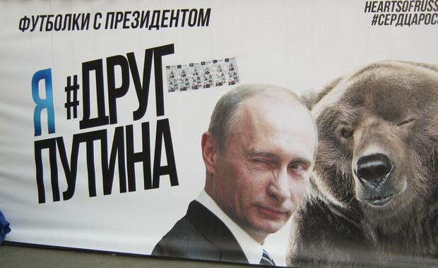 """""""Putin jest nieśmiertelny i nawet się nie starzeje"""" - podkreślają rozmówcy rosyjskiego wydania gazety """"Metro"""" i opowiadają o swoich snach o rosyjskim prezydencie. Władimir Putin obchodzi właśnie 63. urodziny. To także 9 rocznica zastrzelenia w Moskwie opozycyjnej dziennikarki Anny Politkowskiej."""