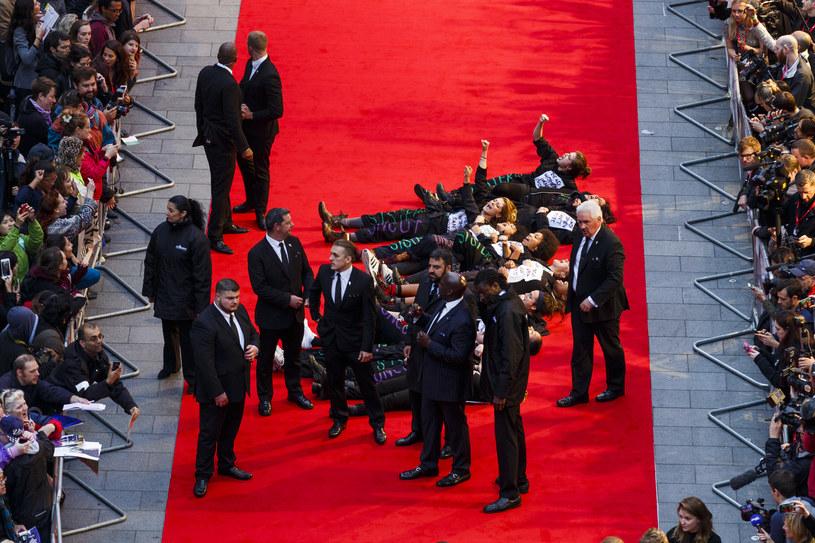 """Feministki z organizacji Sisters Uncut przez godzinę blokowały rozpoczęcie 59. festiwalu Brytyjskiego Instytutu Filmowego w Londynie. Kobiety wdarły się na czerwony dywan przed pokazem filmu """"Sufrażystka"""", uniemożliwiając gościom wejście do słynnego kina Odeon. Na nic zdały się próby interwencji ze strony ochroniarzy i policji. Po godzinie kobiety same wstały i odeszły."""