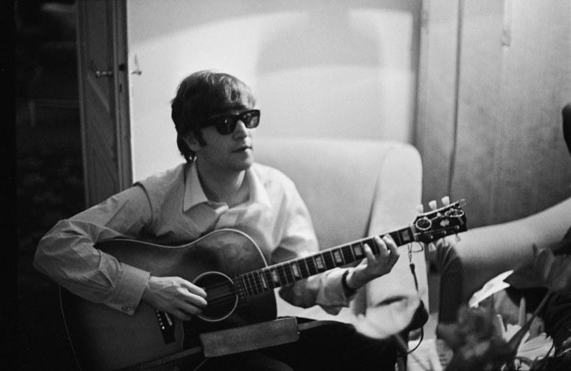 Urodził się 9 października 1940 roku w Liverpoolu. Ponad 40 lat później został zastrzelony w Nowym Jorku. Jego życie i twórczość inspirowały i w dalszym ciągu inspirują miliony ludzi na całym świecie. Oto kilka faktów, których o legendarnym muzyku mogłeś nie wiedzieć.