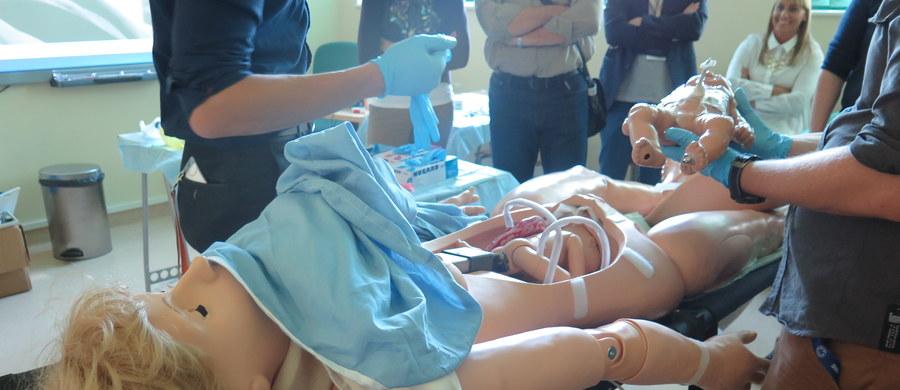 Na jednym z najnowocześniejszych w Polsce fantomów: z symulatorem porodu szkolili się dziś uczestnicy Ogólnopolskiego Kongresu Ratowników Medycznych.