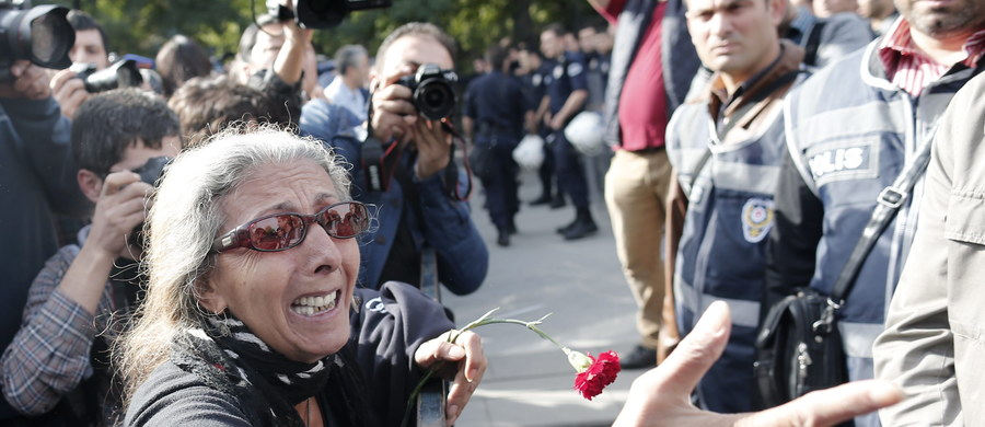 Zamach, do którego doszło sobotniego poranka w Ankarze, był najtragiczniejszym w historii Turcji. Jest on kolejnym ogniwem w łańcuchu wydarzeń, które przyczyniają się do destabilizacji kluczowego państwa NATO. Wydarzenia ostatnich miesięcy powinny niepokoić europejskich sojuszników Turcji. Pokazują bowiem, że nawet stabilne i demokratyczne państwo, poddane silnym regionalnym i wewnętrznym naciskom, może stanąć na krawędzi kryzysu.