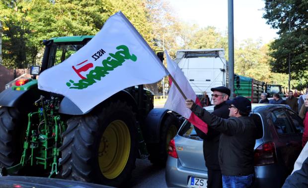 Rolnicze ciągniki mogą stać przed szczecińską prokuraturą nawet przez dwa tygodnie – zapowiada organizator protestu. To akcja solidarnościowa z aresztowanymi rolnikami z Pyrzyc.  Prokurator postawił zarzuty 12 osobom. Twierdzi, że ustalali między sobą, kto kupuje ziemię w przetargu od Agencji Nieruchomości Rolnych.