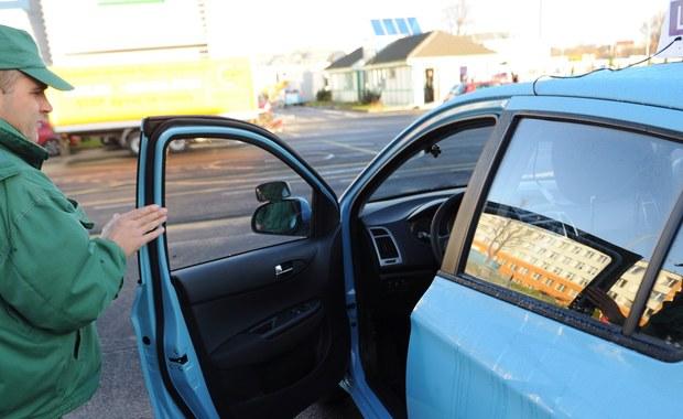 Nie zapiszesz się na kurs na prawo jazdy, nie podejdziesz do egzaminu na prawo jazdy, nie zarejestrujesz samochodu, nie zrobisz przeglądu technicznego i nie odbierzesz prawa jazdy! Jeśli jednak się uda, to z wieloma problemami. To bardzo prawdopodobny scenariusz życia kierowców po 4 stycznia przyszłego roku. Wszystko przez wdrożenie systemu CEPiK 2, który ma scalić wszystkie systemy i bazy danych dotyczące kierowców i samochodów. Tyle że - jak ustalił nasz reporter Mariusz Piekarski - wdrożenie systemu jest znacznie opóźnione. Dopiero w grudniu Ministerstwo Spraw Wewnętrznych ma wydać wszystkie rozporządzenia potrzebne do wprowadzenie reformy.