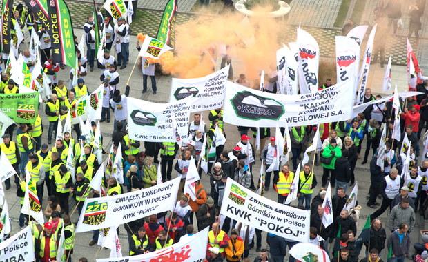 Państwowe spółki energetyczne nie chcą brać udziału w rządowym programie ratowania Kompanii Węglowej. Ministerstwo Skarbu Państwa oczekuje, by jeszcze przed wyborami podpisały list intencyjny dotyczący zainwestowania w Towarzystwo Finansowe Silesia, które ma przejąć i ratować upadającą, największa firmę górniczą w Europie.