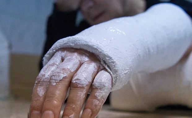 Amerykanka podała do sądu swojego 11-letniego siostrzeńca. Wszystko dlatego, że kiedy chłopak rzucił się jej na szyję to przez przypadek złamał jej rękę.