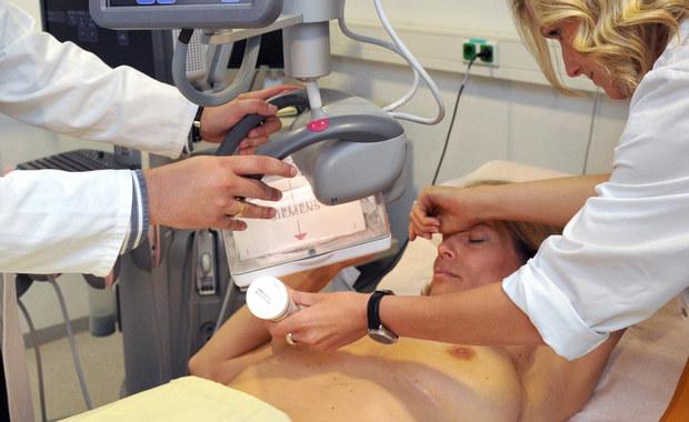 """""""Obserwujemy coraz więcej młodych kobiet z rakiem piersi, stąd tak naprawdę uważamy, że kobieta w zasadzie od momentu, kiedy wchodzi w okres dorosłości, kiedy kończy okres pokwitania powinna być przez lekarza uświadomiona o konieczności regularnych badań piersi, czy to w postaci samobadania, czy to w postaci badania przez lekarza w trakcie wizyt kontrolnych"""" - mówi w rozmowie z RMF FM onkolog, doktor Paweł Basta z Uniwersyteckiego Centrum Leczenia Chorób Piersi w Krakowie."""