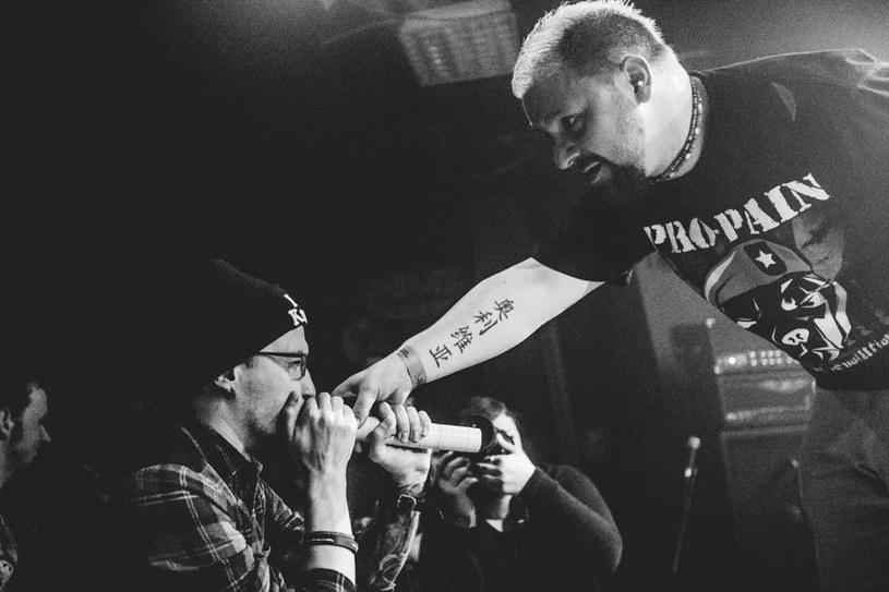 Warszawska grupa Lostbone rozstała się z wokalistą i szuka jego następcy.