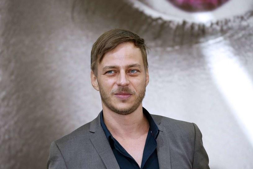 """Tom Wlaschiha - aktor urodzony w Niemczech, który dał się poznać jako jeden z bohaterów serialu """"Gra o tron"""" - gra jedną z głównych ról w kryminalnej produkcji """"Przekraczając granice"""". Trzeci sezon serialu pojawi się na kanale AXN - odcinek pierwszy stacja wyemituje w poniedziałek, 12 października."""