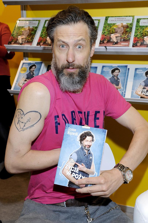 Na okładce swojej najnowszej książki Szymon Majewski prezentuje tatuaż, jaki nosi na ramieniu. Rysunek przedstawia serce z dwoma patyczakami w środku. Pierwszy symbolizuje Majewskiego, a drugi jego żonę. Showman wykonał tatuaż, by uczcić 15. rocznicę ślubu.