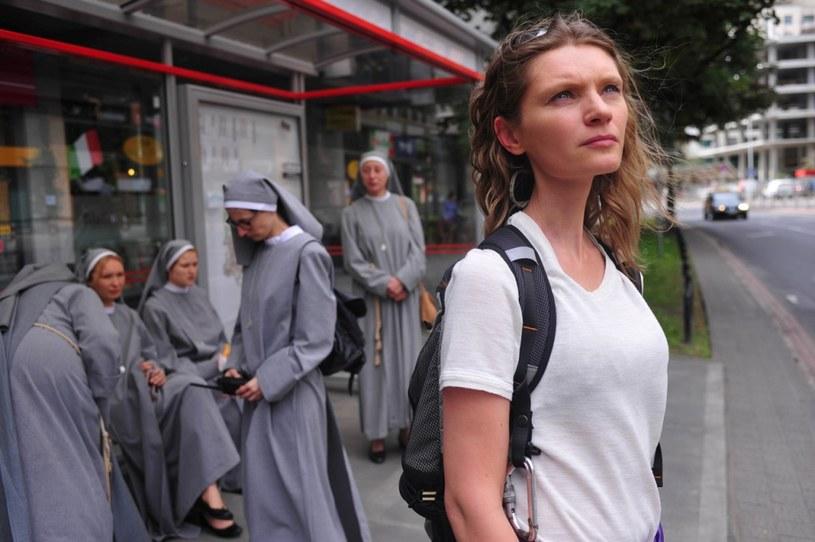 """- """"11 minut"""" jest trzymającą w napięciu odpowiedzią na amerykańskie kino akcji. Ale to równocześnie bardzo subtelnie poprowadzona opowieść. Punkowa narracja, pod którą ukrywa się metafizyka - mówi Agata Buzek. Aktorka towarzyszyła Jerzemu Skolimowskiemu w trakcie Festiwalu w Wenecji, gdzie film nagrodzono 15-minutową owacją na stojąco i Nagrodą Jury Młodzieżowego. Teraz trzyma kciuki za kolejne sukcesy produkcji, która jest polskim kandydatem do Oscara w kategorii """"Najlepszy Film Nieanglojęzyczny""""."""