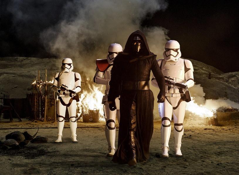 """""""Gwiezdne wojny"""" to nie tylko film. W momencie, w którym kolejne części serii zaczęły opanowywać serca i umysły fanów na całym świecie, gwiezdna saga stała się globalnym fenomenem. Z całą pewnością można stwierdzić, że to już zjawisko społeczne."""
