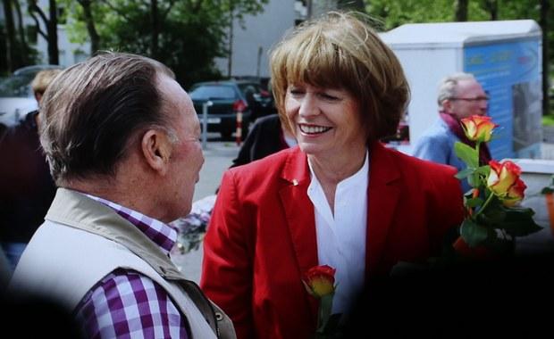 Bezpartyjna kandydatka Henriette Reker, poważnie zraniona nożem przez zamachowca w przeddzień wyborów, wygrała w pierwszej turze wybory na burmistrza Kolonii. Popierana przez CDU, Zielonych i FDP Reker uzyskała niemal 53 procent głosów. Jej współpracownicy zapewniają, że po zakończeniu leczenia Reker obejmie stanowisko.