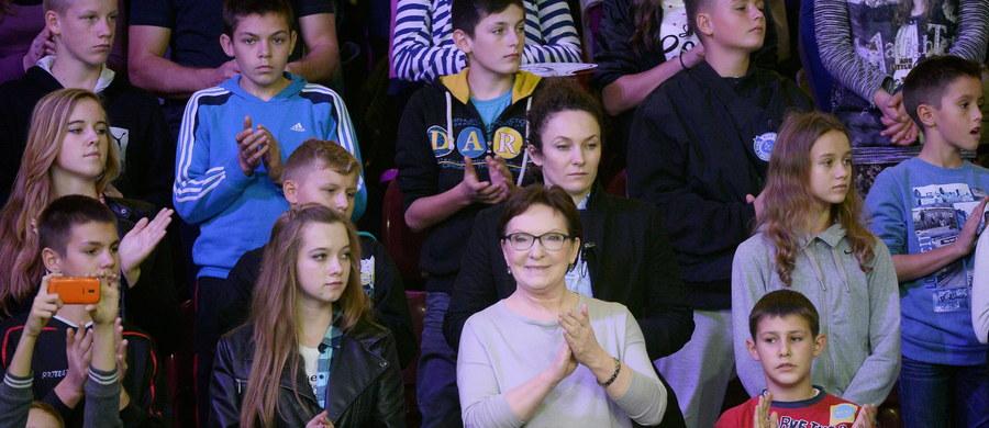 """Poniedziałkowa debata telewizyjna Szydło-Kopacz to ostatnia próba wyjścia z impasu, w jakim znalazła się tonąca Platforma Obywatelska. Od niej zależeć będzie też """"być albo nie być"""" samej Ewy Kopacz. Na kampanijnej barykadzie pojawiła się córka pani premier Katarzyna Kopacz, która zadania mamie nie ułatwia. Tygodnik """"ABC"""" ujawnia kulisy przygotowań do ostatniego tygodnia kampanii wyborczej. W nowym wydaniu także obszerna rozmowa z kandydatką PiS na premiera, wiceprezesem tej partii - Beatą Szydło."""