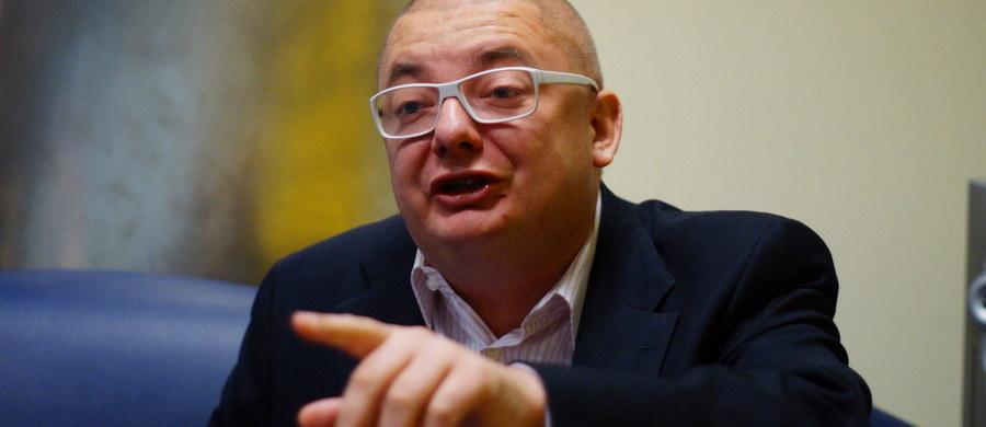 """""""Zdarzają się sytuacje, kiedy przychodzą do mnie ludzie i mnie 'opluwają'. Szanuję każdego wyborcę – i tego, który ma do mnie pretensje i tego, który mnie chwali"""" – mówi w Kontrwywiadzie RMF FM minister w kancelarii premiera Michał Kamiński, pytany przez słuchaczy o kampanię wyborczą. """"Zdarzają się też tacy, którzy przychodzą, robią sobie za mną zdjęcia i mówią, że dobrze zrobiłem, że przeszedłem do PO"""" – dodaje. """"Lubię Polaków i lubię się z nimi spotykać"""" – mówi Kamiński. Idealny wynik w wyborach? """"Samodzielne rządy PO. To jest w dalszym ciągu realne"""" – odpowiada gość Kontrwywiadu. """"Jak przegramy, to na pewno nie powiem, że wybory były sfałszowane. Demokracja wymaga tego, żeby akceptować każde wyniki"""" – uważa minister."""