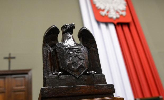 """Ostatnia kampanijna prosta zaczyna się od debaty. A właściwie dwóch debat, z której ta pierwsza przykuwa zdecydowanie większą uwagę. Mam jednak poczucie, że i ona rodzi jednak mniej napięć i emocji niż choćby ostatnie starcia prezydenckie. Rozłożona """"na dwa takty"""" kampania (najpierw walka o Belweder, teraz o Sejm i rząd) trwa już tak długo, padło w niej już tyle argumentów, a liderki obu ugrupowań powiedziały już tak wiele, że wydaje się, iż starcie – o ile któraś ze stron nie popełni jakiejś spektakularnej wpadki, ma mniejsze, niż to z reguły bywa znaczenie. A jeśli ma – to raczej z punktu widzenia próby przeciągnięcia ku dwóm największym ugrupowaniom wyborców, którzy dziś wahają się czy nie zagłosować na którąś z mniejszych partii. Możemy się więc spodziewać, że Beata Szydło będzie puszczała oko do wyborców Kukiza i Korwina, a Ewa Kopacz przekonywała, że tylko silna Platforma """"powstrzyma PiS"""" i że zwolennicy Petru czy Lewicy powinni jeszcze raz przemyśleć, czy warto """"rozpraszać głosy""""."""