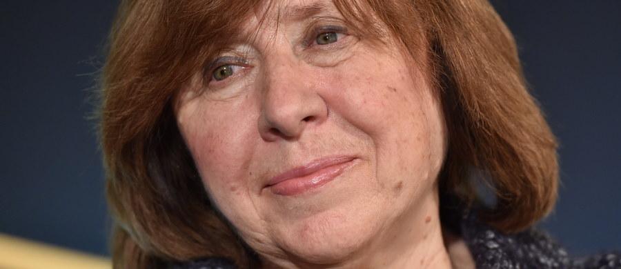 """Tegoroczna laureatka literackiego Nobla Swietłana Aleksijewicz oświadczyła, że jej dzieło jest próbą stworzenia encyklopedii """"czerwonej utopii"""". Jak dodała, niektórzy jej rodacy chcieliby się jej pozbyć z kraju, bo porusza niewygodne tematy. Laureatka Nagrody Nobla z literatury Swietłana Aleksijewicz jest gościem specjalnym literackiego Festiwalu Conrada, który rozpoczął się w Krakowie."""