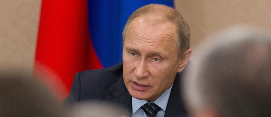 """Rosyjskie MSZ poinformowało, że wezwany został ambasador Francji w Moskwie w związku z """"niebezpiecznym incydentem"""" z udziałem francuskiego myśliwca. Według rosyjskiego resortu spraw zagranicznych, francuski myśliwiec niebezpiecznie zbliżył się w poniedziałek rano we francuskiej przestrzeni powietrznej do samolotu, którym rosyjska delegacja parlamentarna z przewodniczącym Dumy Państwowej, izby niższej parlamentu Rosji, Siergiejem Naryszkinem leciała do Genewy na obrady Unii Międzyparlamentarnej. Paryż twierdził jednak, że chodzi o myśliwiec szwajcarski, a nie francuski. Rosja ostatecznie przeprosiła stronę francuską."""