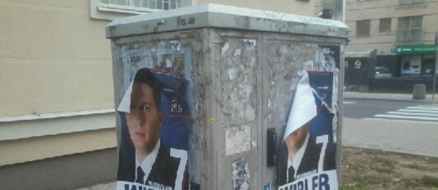 """Przemysław Wipler z PiS? Takie plakaty pojawiły się między innymi na warszawskim Mokotowie. Wyborcze ogłoszenia reklamują Wiplera jako polityka Prawa i Sprawiedliwości. Opatrzone są hasłem """"Wolność i gospodarka"""", które było sloganem Prawa i Sprawiedliwości w 2011 roku."""