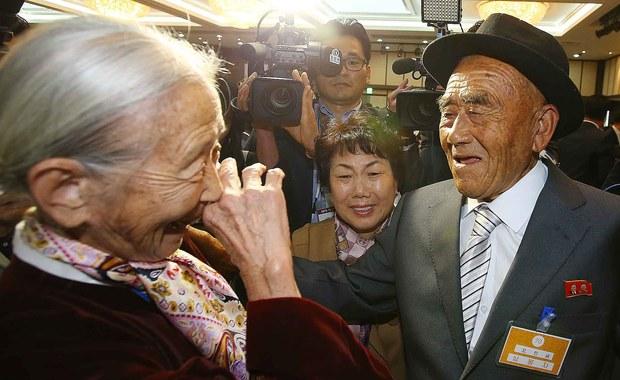 Prawie 400 starszych osób z Korei Południowej udało się do komunistycznej Korei Północnej na trzydniowe spotkanie rodzin rozdzielonych od czasu wojny koreańskiej z lat 1950-53. Spotkanie drugiej grupy: około 250 Koreańczyków z Południa i 190 z Północy rozpocznie się w sobotę i potrwa do poniedziałku.