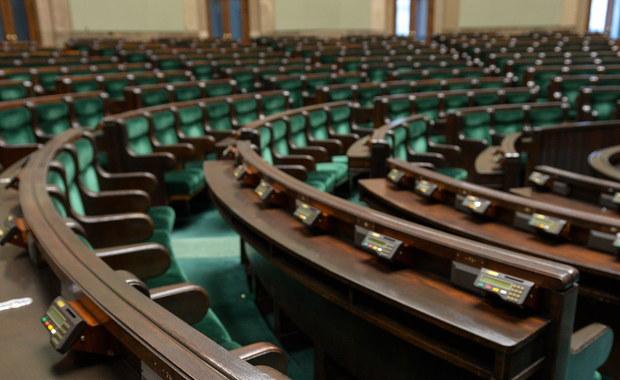 Jeszcze tylko dzisiaj możemy dopisać się do spisu wyborców w dowolnej gminie w Polsce - to rozwiązanie dla tych, którzy w dniu zbliżających się wyborów parlamentarnych będą przebywać poza miejscem stałego zamieszkania. Do urn pójdziemy już w najbliższą niedzielę.