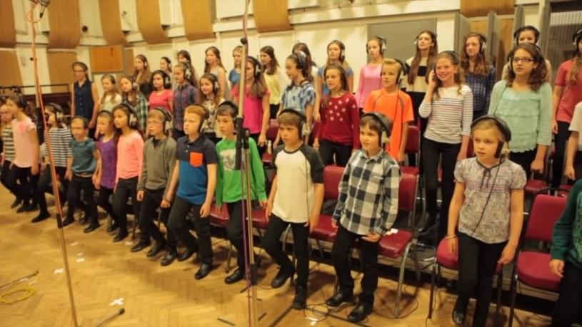 """Dziecięcy chór Capital Children's Choir z Londynu znów podbija sieć. Tym razem mali wokaliści wzięli na warsztat utwór """"Chances"""" grupy The Strokes."""