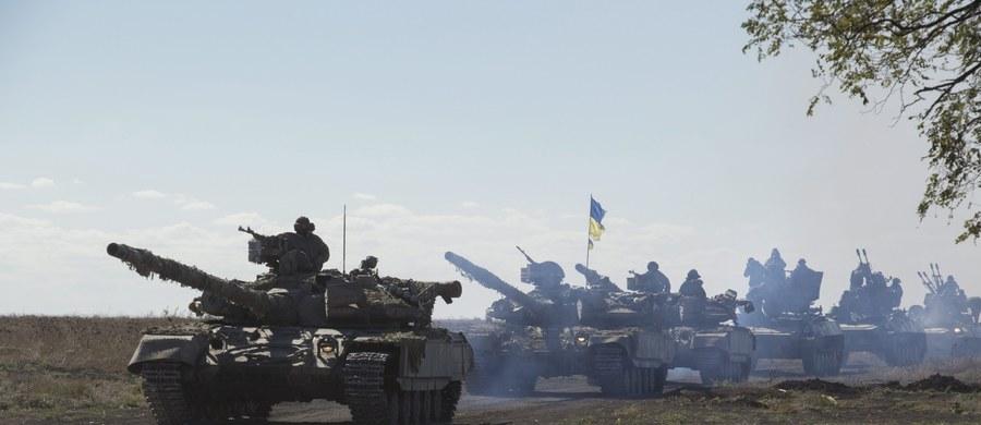 Ukraińska armia rozpoczęła wycofywanie czołgów z linii rozdziału w konflikcie z separatystami w obwodzie donieckim – poinformował przedstawiciel sztabu generalnego Ukrainy Leonid Matiuchin. Media prorosyjskich bojowników podały, że oni także przygotowują się do wycofywania uzbrojenia o kalibrze poniżej 100 mm.