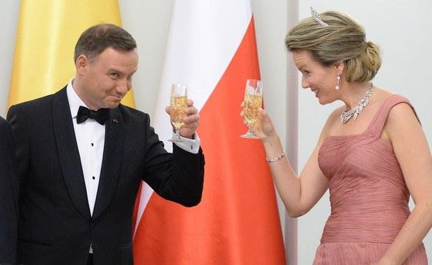 """""""Czy wino powinno być drogie, aby było dobre? Pewnie nie, ale co myśleć o tym, że parze królewskiej zaserwowano trunek za 12 euro?"""" - zastanawia się francuski dziennik """"Le Soir"""". I nawiązuje do zeszłotygodniowej wizyty króla Belgii Filipa I i jego małżonki - królowej Matyldy w Polsce."""